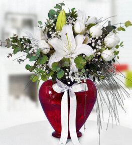 kalpli vazoda beyaz lilyum ve beyaz güller