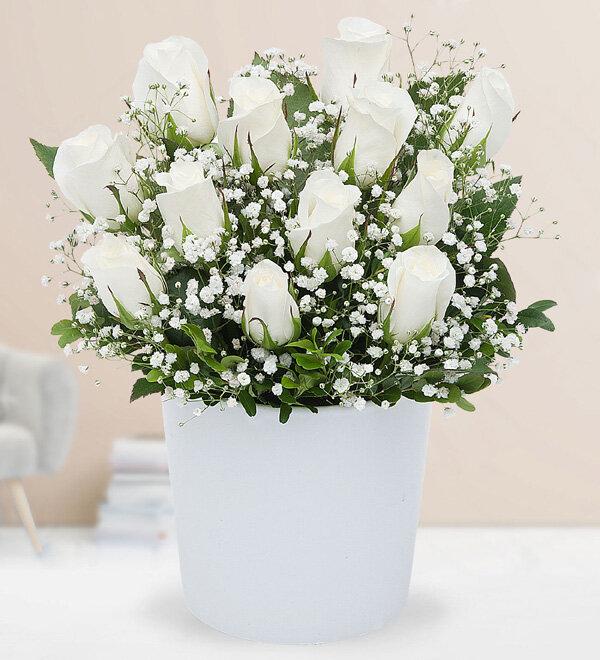 seramik vazoda beyaz güller