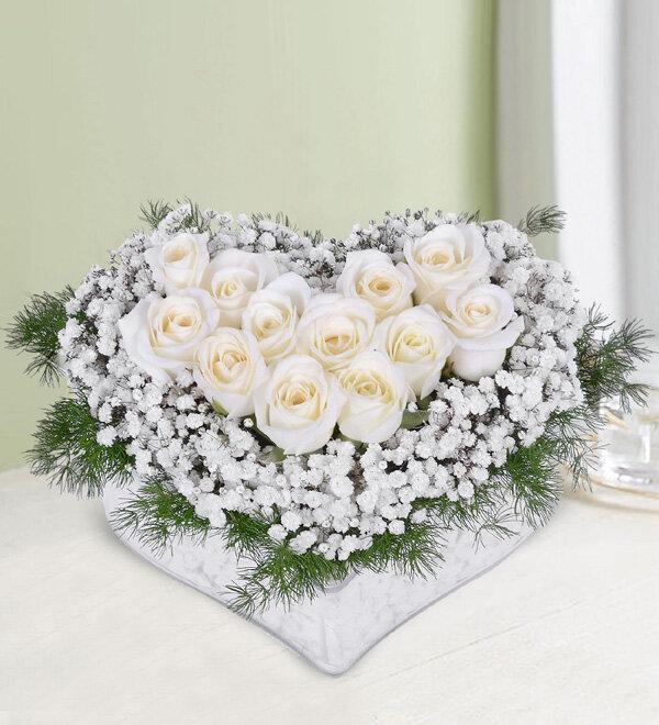 kalp cam içerisinde beyaz güller